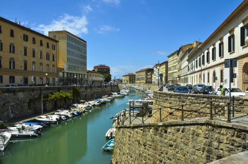 在城市渠道的小船在里窝那,意大利 免版税库存照片