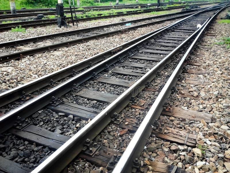 在城市火车站的横渡的铁轨 免版税库存照片