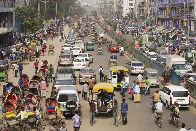 在城市的中央部分的繁忙的交通在达卡,孟加拉国 免版税库存照片