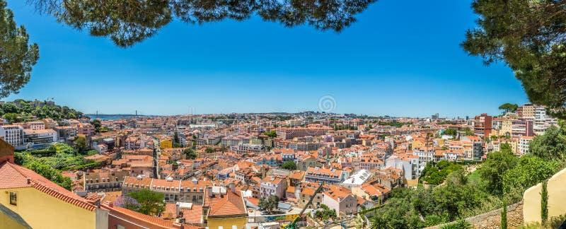 在城市的全景从在教会达格拉萨附近的观点在里斯本,葡萄牙 免版税库存图片