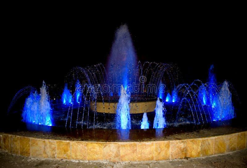 在城市的喷泉,您能休息和放松,当看水小河的新的形状时 多媒体五颜六色的喷泉 免版税库存图片
