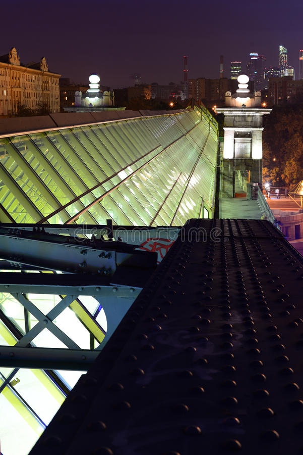 在城市的夜桥梁的 免版税库存图片