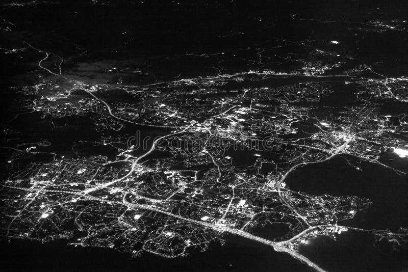 在城市的夜视图从飞机 免版税库存图片