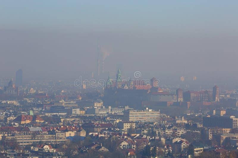 在城市的密集的烟雾,空气污染物,老镇克拉科夫,瓦维尔山的鸟瞰图城堡,波兰 免版税库存照片