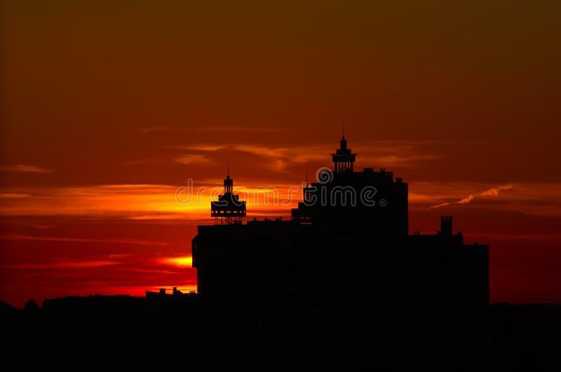 在城市的日落,在天际之外的太阳,大厦剪影 维帖布斯克,白俄罗斯,2019年6月 库存图片