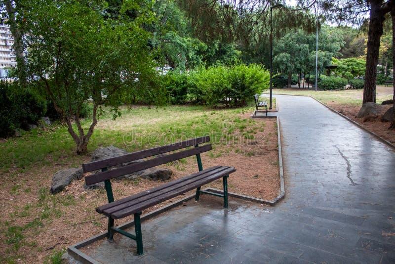 在城市的沈默的一条孤零零长凳 免版税库存图片