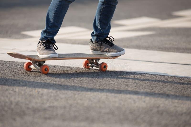 在城市的溜冰板运动 免版税图库摄影