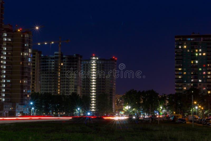 在城市的紫色日落 库存图片
