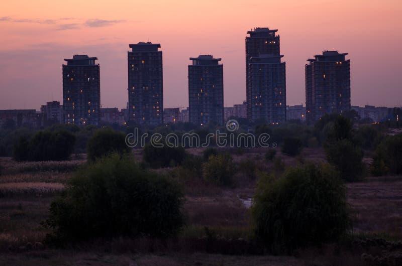 在城市的边缘的现代大厦,接近自然 库存图片