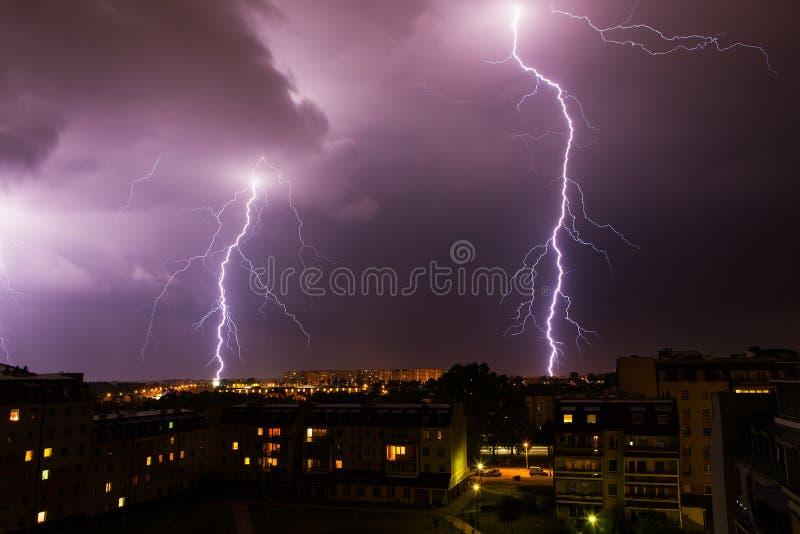 在城市的闪电风暴 免版税库存图片