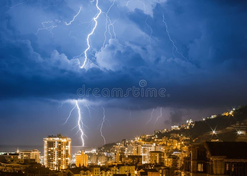 在城市的雷暴在晚上布德瓦在黑山 免版税库存图片