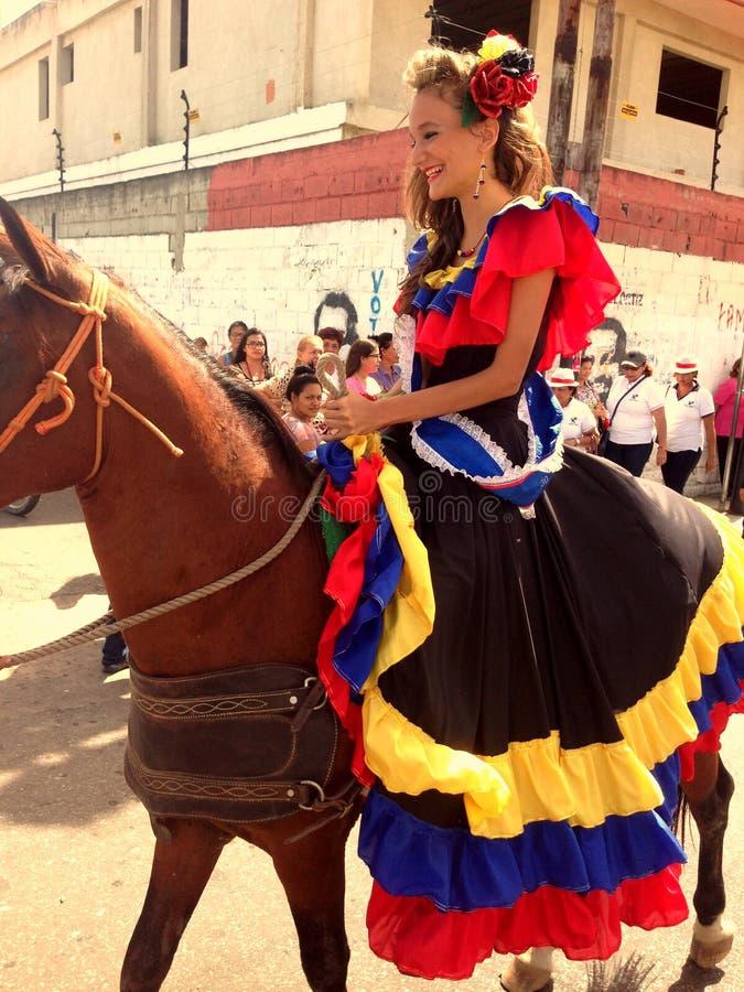 在城市的马骑术 免版税库存照片
