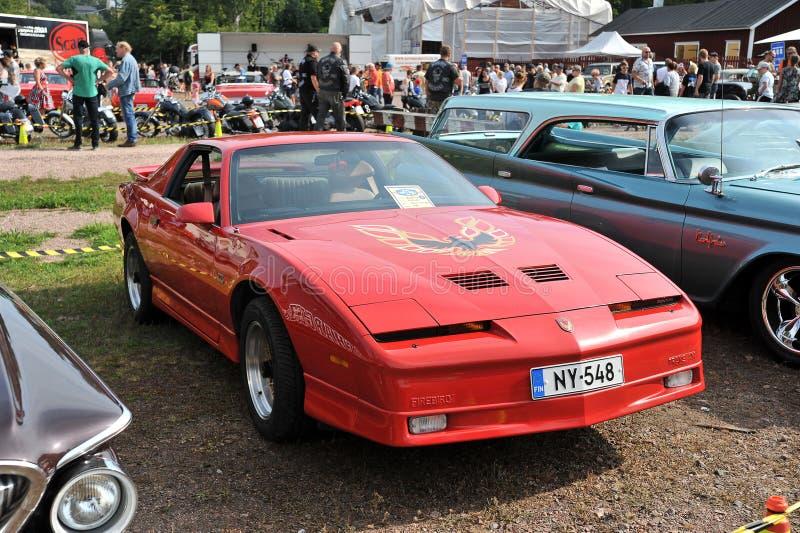 在城市节日的老红色汽车Firebird在Porvo 免版税库存照片