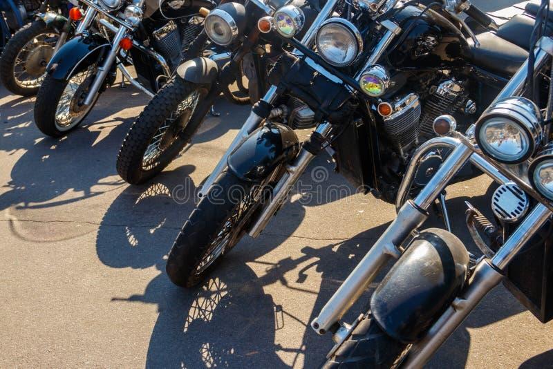 在城市街道上停放的摩托车行  免版税库存照片