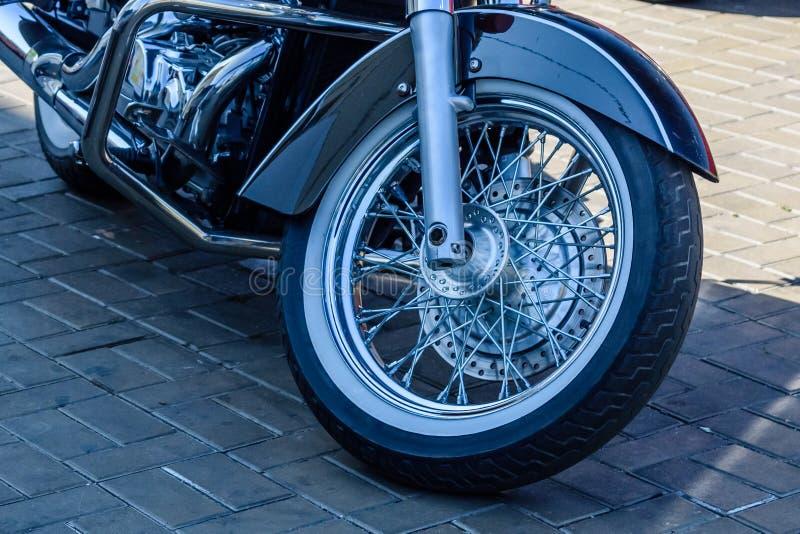 在城市街道上停放的砍刀摩托车的特写镜头 库存照片