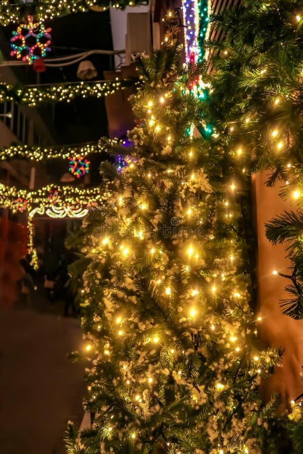在城市街道上的圣诞树和诗歌选户外有bokeh光的被串起在大厦之间在雅典希腊 库存照片