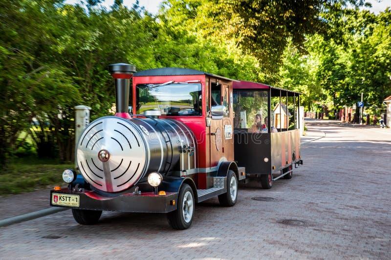 在城市街道上的小toursit火车在Kuldiga,拉脱维亚 图库摄影