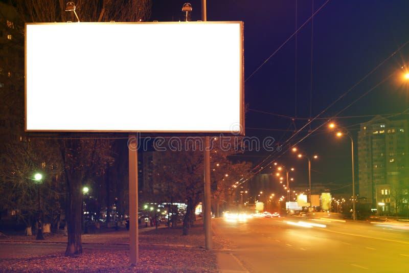 在城市街道上的空白的广告委员会 免版税库存图片