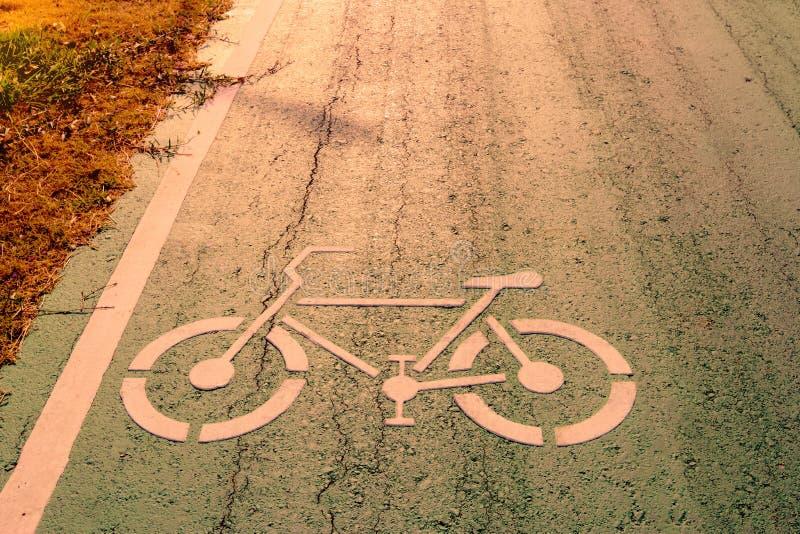 在城市街道上的自行车标志有早晨阳光的 库存照片
