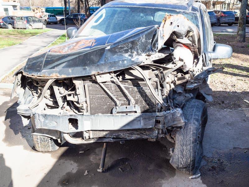 在城市街道上的被碰撞的汽车 库存照片