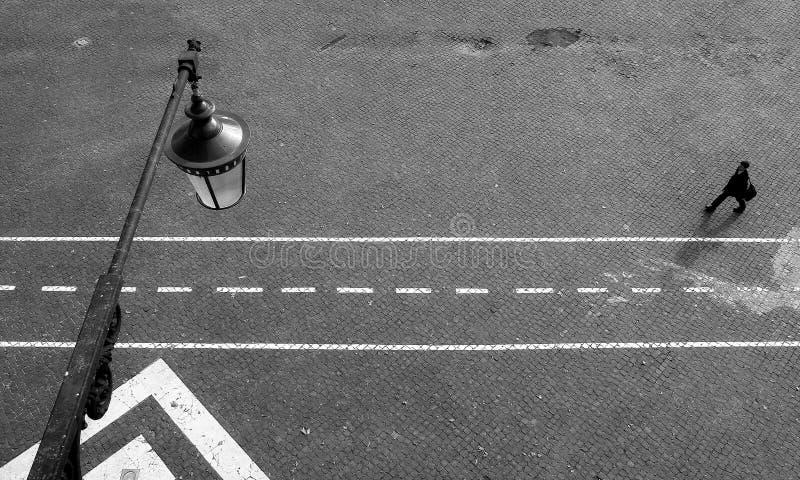 在城市路灯柱街道视图之上 库存照片