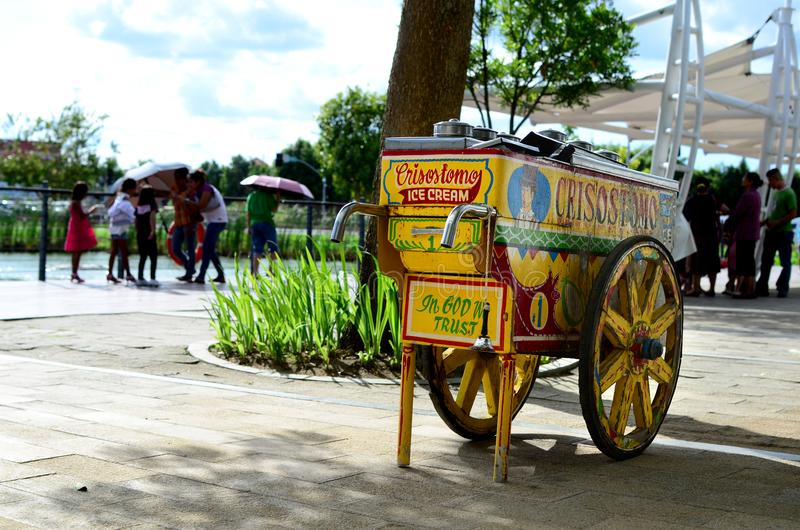 在城市边路的葡萄酒冰淇凌木流动推车 免版税图库摄影
