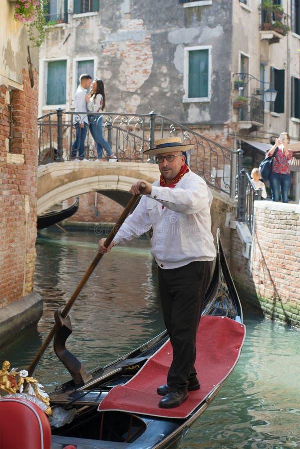 在城市运河的威尼斯式平底船的船夫特写镜头 意大利威尼斯 免版税库存照片