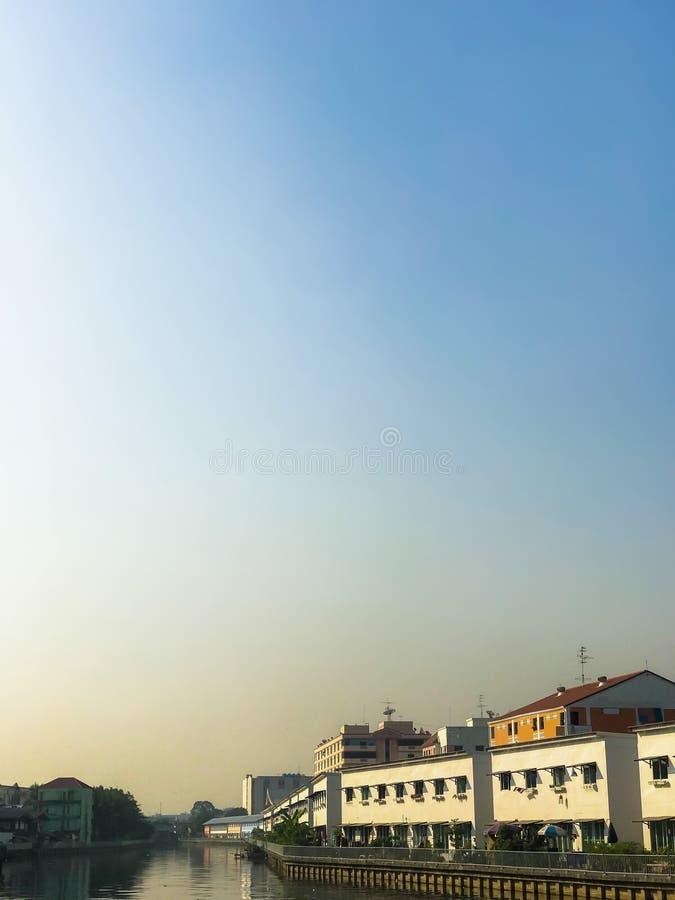 在城市运河的早晨天空 库存图片