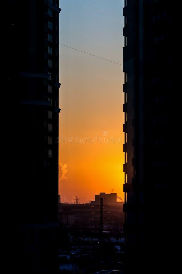 在城市迷宫的不可思议的日落 图库摄影