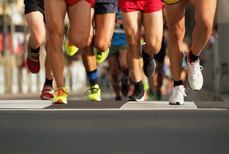 在城市道路的马拉松连续种族人脚 免版税库存照片
