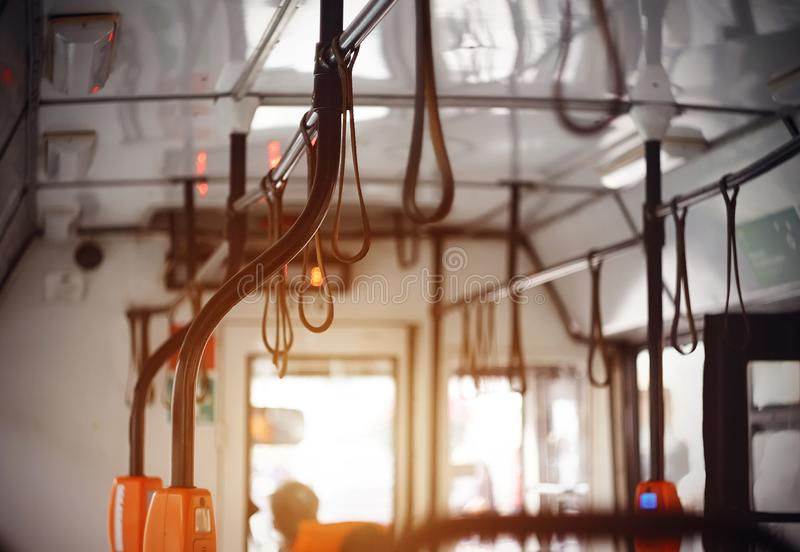 在城市附近的旅行在公交车里面 免版税库存图片