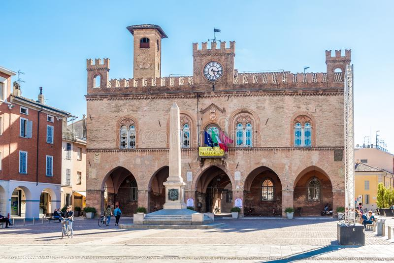 在城镇厅和加里波第城方尖碑的看法在菲登扎-意大利 图库摄影