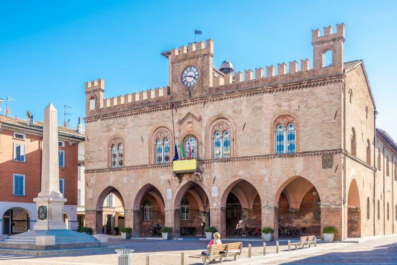 在城镇厅和加里波第城方尖碑的看法在菲登扎-意大利 免版税库存照片