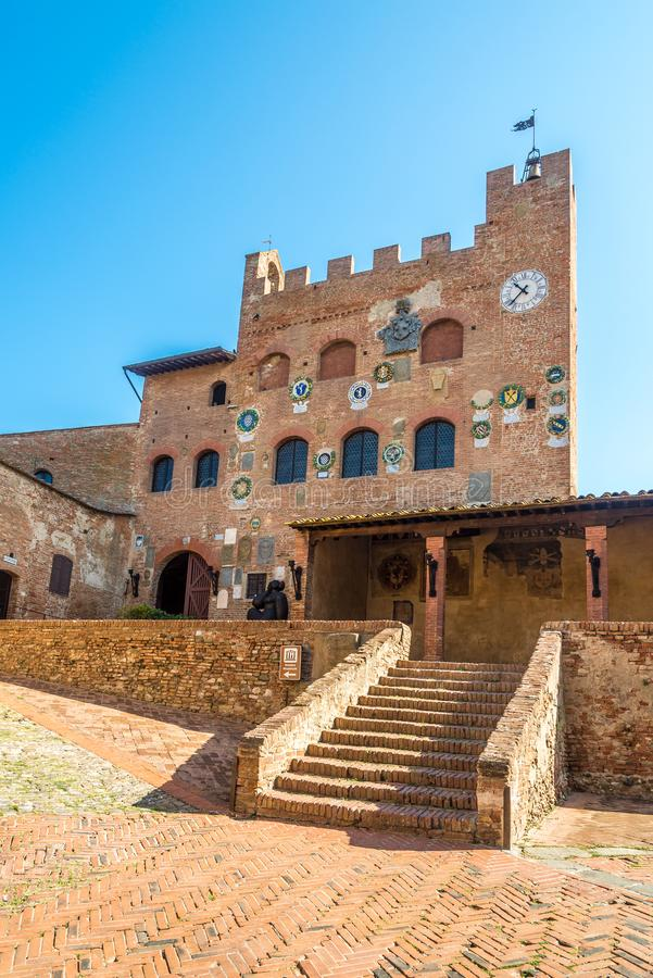 在城镇厅大厦的看法在切尔塔尔多,意大利 免版税库存照片