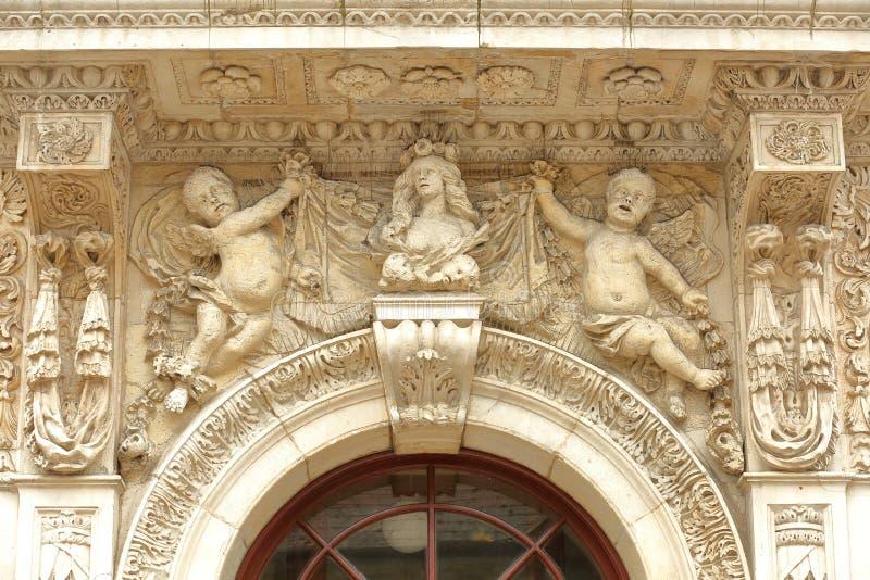 在城镇厅的入口的特写镜头有雕塑细节的在Swanage 免版税库存照片