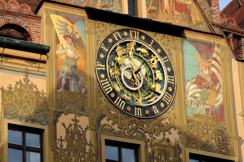 在城镇厅的天文学时钟在乌尔姆,德国 库存图片