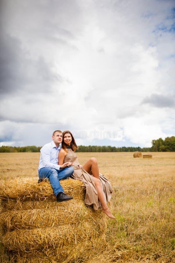 在基于干草堆的爱青年人的夫妇 库存照片
