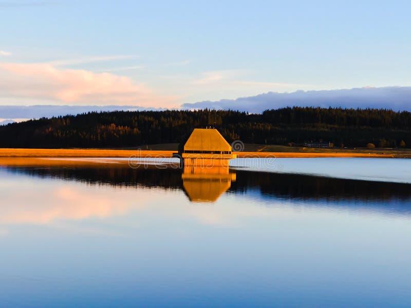 在基尔德水库的金黄小时,诺森伯兰角公园,英国 免版税库存照片