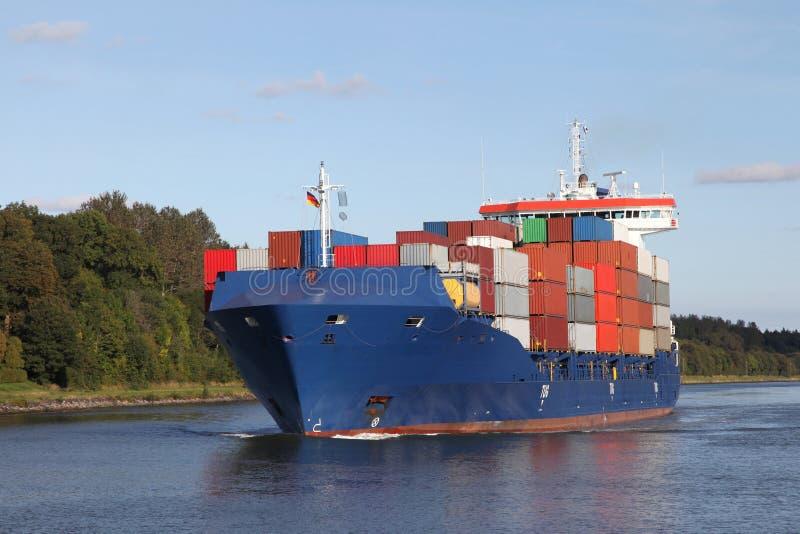 在基尔运河的集装箱船 库存照片