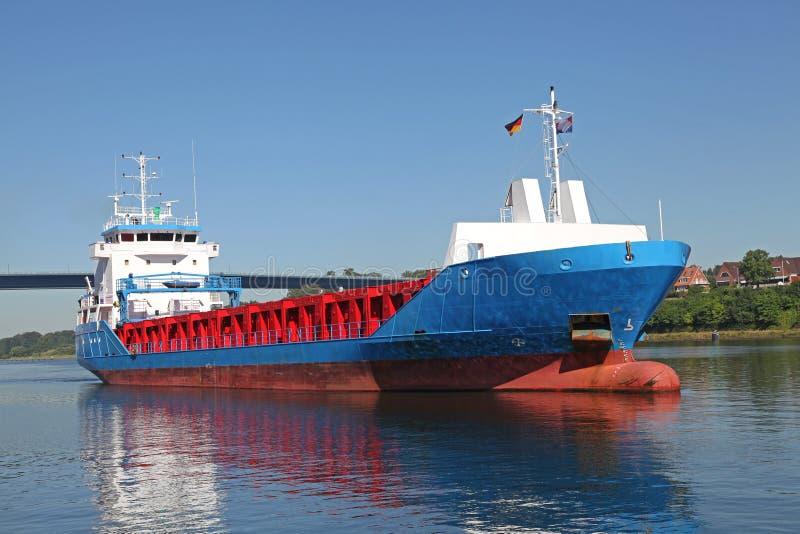 在基尔运河的货轮 免版税图库摄影