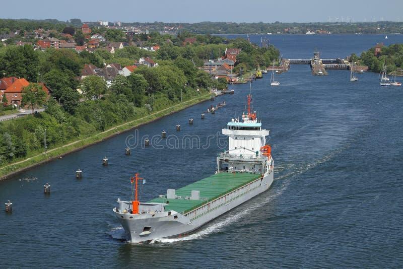 在基尔附近Holtenau船锁定的货轮  免版税库存照片