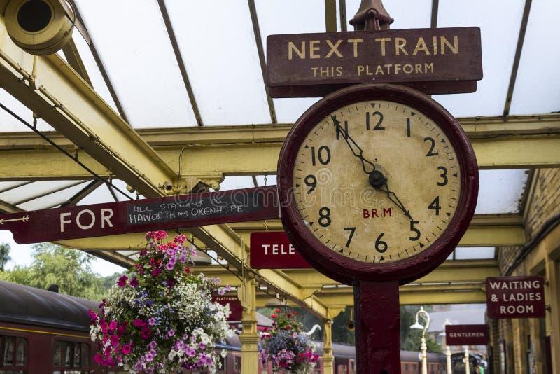 在基斯利驻地平台的老驻地时钟,相当谷铁路价值 约克夏,英国,英国, 免版税库存图片