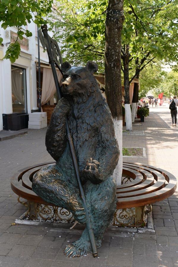 在基洛夫步行街道上的熊雕塑在雅洛斯拉夫尔 库存图片