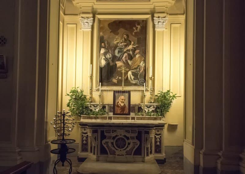 在基耶萨二圣保洛,索伦托,意大利的历史的中心的左边教堂 图库摄影