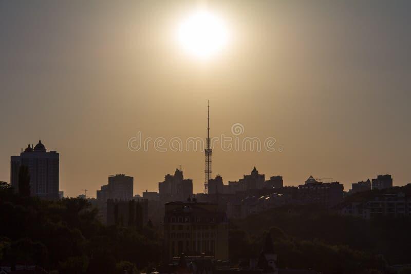 在基辅地平线的日落在有摩天大楼和高层建筑物形状的乌克兰看入光 库存图片