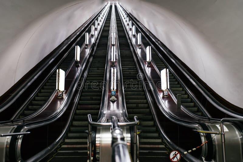 在基辅地铁的一个老自动扶梯 库存图片
