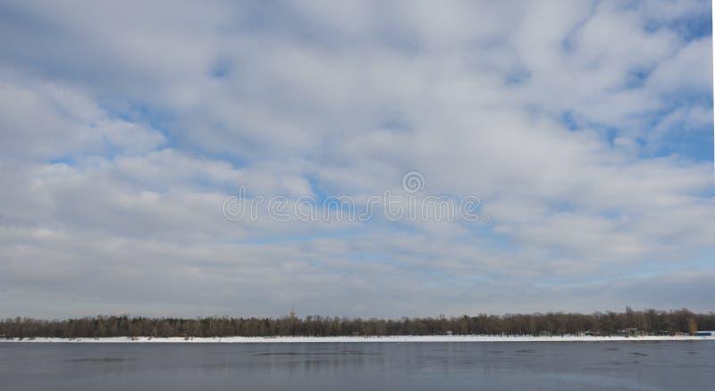 在基辅附近的第聂伯河在冬天在晴天 库存图片