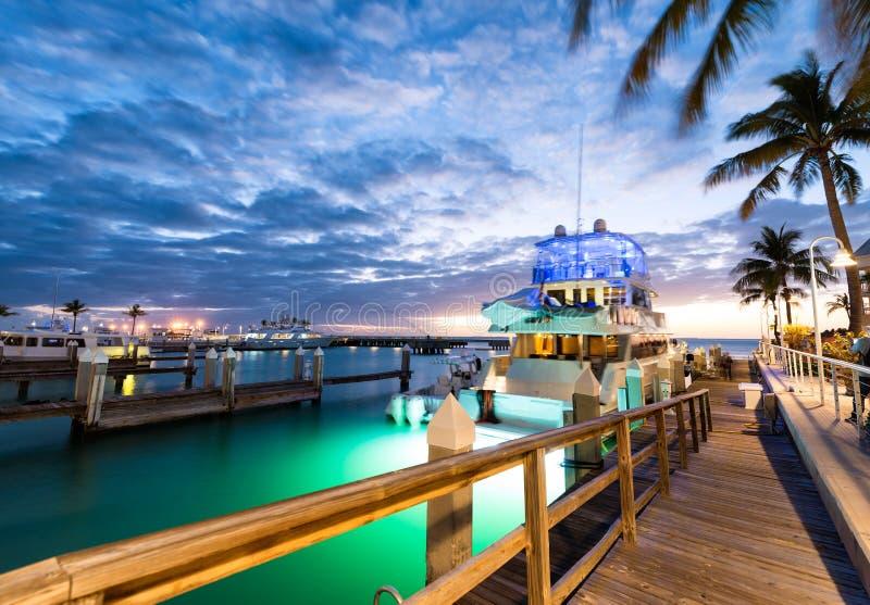 在基韦斯特岛,佛罗里达的日落 在口岸的木桥 库存照片