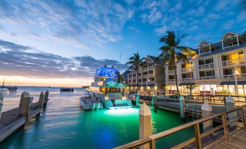 在基韦斯特岛,日落的佛罗里达港的码头  库存照片
