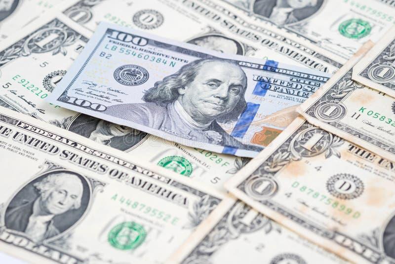 在堆的一百元钞票一美元钞票 免版税库存图片